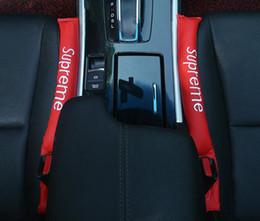 Novo Faux Leather Car Seat Crevice Inserções Gap Fillers Prático Coldre Preto Spacer Auto Clean Slot Plug Acessórios Do Carro em Promoção