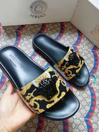 Ingrosso new fashion designer design pantofole donna e uomo Pantofole da donna in pelle stile europeo e americano con la vendita calda di imballaggio A9