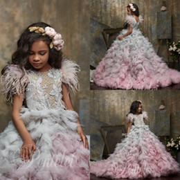Toptan satış 2020 Şirin Çiçek Kız Elbise Mücevher Boyun Aplike Boncuklu Tüy Kız Yarışması Elbise Basamaklı fırfır Tren Custom Made Doğum Gowns Sweep