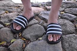 Adidas 2019 neue designer gummi slides männer frauen sandale streifen weiß mode herren schuhe strandhaus emoji damen hausschuhe marke casual flip-flops im Angebot