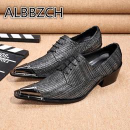 1dec60448a Novos Sapatos de Salto Alto Homens Sapatos de Luxo dos homens de Metal  Apontou Toes Sapatos de Casamento Moda Tendência Altura Aumento Leiusre  Partido