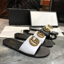Sandali delle donne all'ingrosso di marca di grandi dimensioni 35-42 Designer scarpe da scivolo estate ampia sandali piatti scivolosi Slipper ex spiaggia infradito pantofola in Offerta