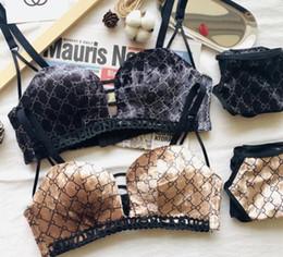 Mulheres Nenhum traço Sexy calcinhas jacquard Bras Define menina marca legal moda carta de impressão em V profundo ouro Reúna listras Sexy elástica Set Underwear em Promoção