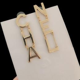 Venta al por mayor de Más nuevas señoras de metal de cobre de la vendimia de oro gota pendientes para las mujeres de chicas Sello larga carta