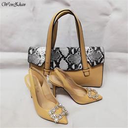 WENZHAN Top Grade com Snake PU Estilo de couro 10 CM de salto alto moda sapatos suaves apontados bombas de dedo do pé Jogo Mulheres Bolsas A95-6 venda por atacado