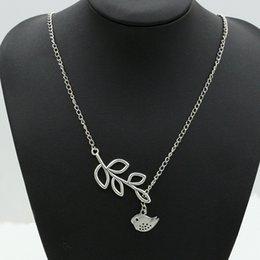 Nagelneue Legierung Qualitätsart und weise hängende Halskette der Frauen wholesale Kollokations-Parteigeschenkblatt- und -vogelhalskette f18 im Angebot