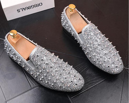$enCountryForm.capitalKeyWord NZ - New factory brand men shinny glitter gold and silver spikes shoes slip on loafers rivets men casual shoes