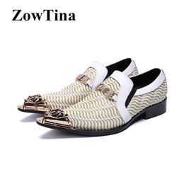 b17412381c900 Homens De Couro Genuíno Branco Oxford Sapatos Deslizamento Em Ouro Listrado  Vestido Formal Sapatos De Casamento Tamanho 46 Correntes De Metal Dedo  Apontado ...