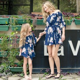 $enCountryForm.capitalKeyWord NZ - He Hello Enjoy Family Clothing Matching Mother Daughter Dresses Woman Off Shoulder Floral Tops Mommy And Me Clothes Kids Girls Y19051103
