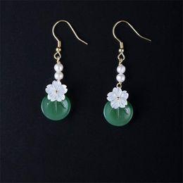 b8fe34e13ccb Joyería de plata esterlina 925 Nueva hecho a mano Natural concha de perla  Pendientes de flor de cerezo Dulce de color verde esmaltado cuelga el  pendiente de ...
