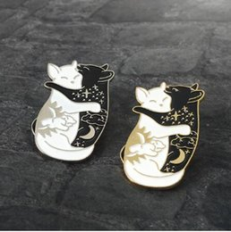 $enCountryForm.capitalKeyWord NZ - Hug cat Pin Brooch Enamel Pins Badge Punk Black and White Sun Moon Star Cat Brooch for Women Men Day and night Kitten Pin