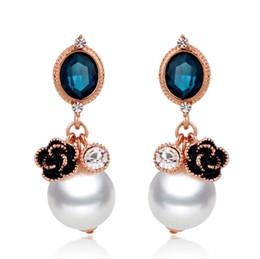 98a8e7281f10 Pendientes de las mujeres de la moda Temperamento Nueva perla de cristal de alta  calidad pendientes de la camelia de las señoras accesorios del banquete ...
