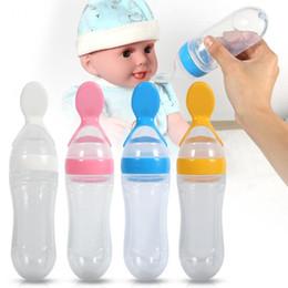 Venta caliente 90 ml de silicona bebé niño pequeño biberón cuchara Cuchara Cereal Fresco Squeeze Feeder Entrenamiento Vajilla Cuchara en venta