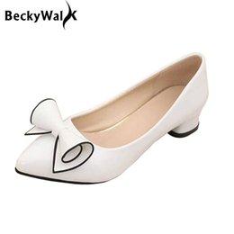 Venta al por mayor de Zapatos de vestir Nueva llegada de la llegada de las mujeres bombas del dedo del pie puntiagudo sólido señoras para el trabajo tacones gruesos Bowknot Talla grande Mujer Wsh2235