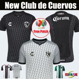 Nueva llegada 2019 20 Camisetas de fútbol del Club de Cuervos 2018 Mexico  Club Local Negro Visitante Gris Tigres Monterrey Chivas 19 20 Camisetas de  fútbol 4ba3e52228c00