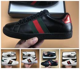 555f38012 2019 Gucci Abelhas de Qualidade Superior Designer de Sapatos Bordados Homens  e Mulheres ACE Sapatilhas De Couro Genuíno Designer de Calçados Casuais  Preto ...