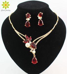 L'orecchino della collana dei pendenti di cristallo dei pendenti di cristallo nero / blu / rosso / porpora placcati oro di 18K mette gli insiemi dei monili del partito delle donne di modo