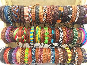 Großhandelsmasse verlost 50pcs / Lose Reteo Mischungs-Art-Leder-Manschetten-Armbänder für Mann-Frauen-Handgelenk-Schmucksachen
