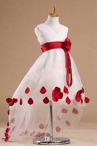 2017 neueste desinger stil blumenmädchen kleider muster im v-ausschnitt ärmellose high low rose schärpe weiße blumenmädchen kleid mit roten blütenblättern