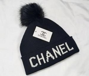 العلامة التجارية الشتاء امرأة رجل قبعة صغيرة قبعات مصمم أزياء بونيه النساء عارضة هوب هوب الحياكة Gorros بوم بوم القبعات في الهواء الطلق RT2020
