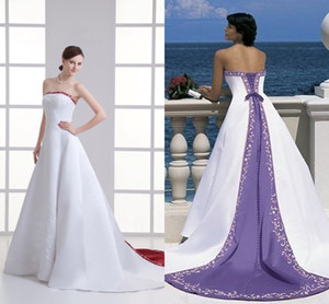 Atemberaubende A-Linie Weiß und Lila Brautkleider Empfindliche gestickte Land Rustic Braut Fancy Kleider Gothic einzigartige trägerlose Kleider