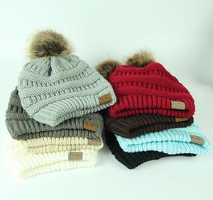 CC unisexe à la mode chapeaux d'hiver Tricoté Fur Poms Bonnet Étiquette Fedora luxe Câble Slouchy Skull Caps Mode Loisirs Bonnet chapeaux en plein air