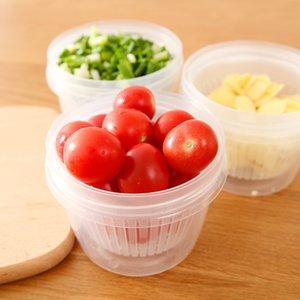 La scatola di zenzero trasparente in stile giapponese di cipolla fresca fresca di conservazione di aglio fresco in una scatola di frutta fresca in frigorifero.
