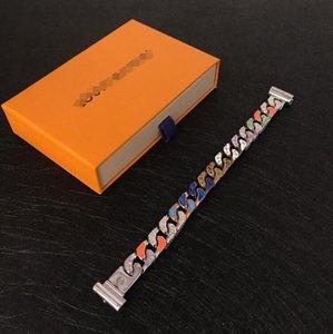 패션 스타일 소년과 밝은 색상 라인 석 팔찌 18K 골드 새겨진 V 편지 ID와 세 개의 원을 침묵 여자