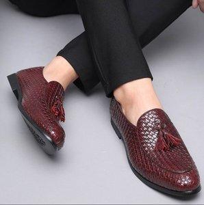 El diseñador británico Black Men Casual Shoes resbalón en los zapatos de la borla de tendencias de ocio zapatos de hombre holgazán de punto rojo más el tamaño 47 48