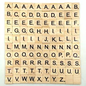 100 PC / sistema de madera del alfabeto Scrabble Azulejos 18 * 20mm de madera negra Letters Numbers niños que deletrean herramienta de aprendizaje Juguetes L408