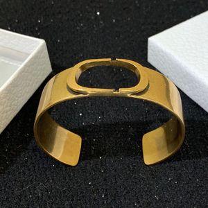 Die C2058 neue 2020 Linie empfiehlt goldene Buchstaben gekennzeichnete Messing retro breite Armbänder für Männer und Frauen-Hip-Hop-Schmuck