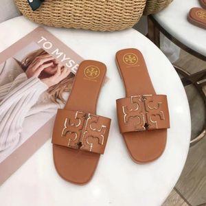Nuevo diseño de la llegada de París dado los zapatos sandalias de la manera Hombres Mujeres Sliders Beach deslizadores del verano al aire libre envío