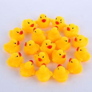 Toptan 100 adet Bebek Banyo Su Ördek Mini Yüzen Sarı Kauçuk Ördekler ile Ses Çocuk Duş Yüzme Plaj Oynamak Oyuncak Set