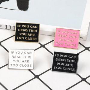 Phrase drôle colorée Si vous pouvez lire ceci, vous êtes trop proche des broches d'émail rose Badges noirs Broches Broches Bijoux cadeaux à des amis
