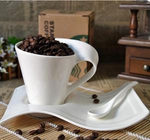 Xícara de cerâmica branca e molho de chá de café e xícaras de café