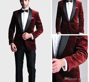 Moda Novio Tuxedos Padrinos de boda con un solo botón Rojo oscuro Terciopelo chal solapa Mejor hombre traje de boda de los hombres trajes de chaqueta (chaqueta + pantalones + corbata)
