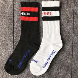 Estilo Moda VETEMENTS Hip Hop medias unisex calcetines largos Carta Embroideried mujeres de los hombres de algodón calcetines de rayas Negro Blanco