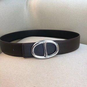 Cintura classica da uomo. Brand designer. Fibbia liscia in metallo ovale. Pelle bifacciale. Stile elegante e casual