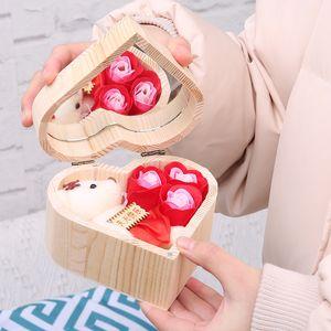 Медведь подарочной коробке Рождественский подарок в форме сердца деревянный ящик розы красочный букет ручной работы розового мыла и зеркало кадр подарок Валентина