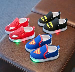 새로운 어린이 만화 발광 신발 소년 소녀 스포츠 신발 아기 점멸 조명 패션 스니커즈 유아 아이 LED 캔버스 신발을 실행
