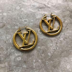 Europe et États-Unis, blogueur de mode avec la grande lettre, les boucles d'oreilles creuses en métal doré