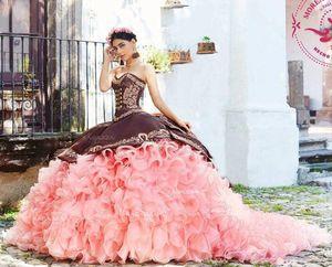 Mexikanische Quinceañera Luxuxstickerei-Promkleider 2020 Coral Pink Ruffles abgestufter Rock Prinzessin Sweet 15 Mädchen Abendkleid