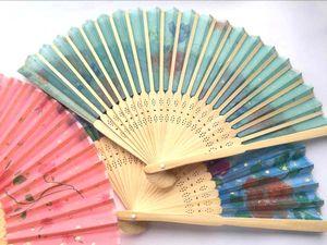 Großhändler 2019 NEUE LOS 20X Chinesische Seide falten Bambus Hand Fan Fans Kunst Handgemachte Blume