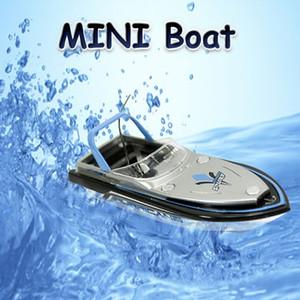 Cool Fashion RC Boat e luminoso I giocattoli elettrici quattro colori Modello di nave Can Dive In Acqua Radio Remote Barche controllo Per regalo bambini
