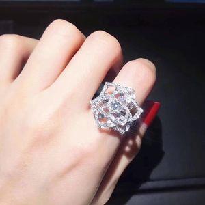 Lujoso lleno CZ brillante cristal Hollow Rose flor anillos de dedo para las mujeres 2019 venta caliente Cute Girl Compromiso partido joyería bague