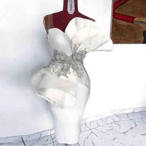 2020 Modest Weiß bloßen Bügel-Cocktailparty-Kleider mit Rüschen besetzten Satin knielangen Short Prom Abendkleidern Pailletten wulstigen Club Wear AL3496
