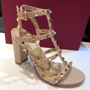 Heißer Verkaufs-Mode-Design Frauen Leder Bolzen Sandalen mit T-Riemen Sandale Sommer-Absatz 6.5 9.5cm Nietschuhe Damen Sexy Parteischuhe mit Kasten
