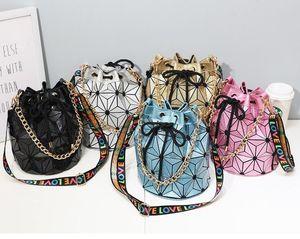 Berühmte Marken-Frauen Weibliche Tasche Geometrische Handtaschen Plaid Ketten-Schulter-Umhängetaschen Laser Kordelzug Luggages Diamant-Bag Drop Shipping
