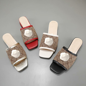 Designer-Sommer-Strand Pantoffeln Mode Frauen faule niedrige verfolgte Flops Leder Letters Dame Cartoon Pantoffeln Luxus Metall Frauenschuhe 35-42