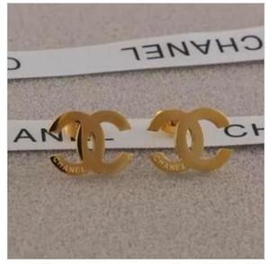 Hotsale Top-Qualität Extravagant-Art-Frauen Fashion Jewelry 3 Farben Edelstahl-Bolzen-Ohrringe für Frauen Ohrringe en gros 2pairs / 4ST